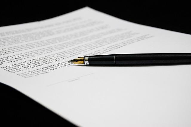 popsaný list papíru, pero