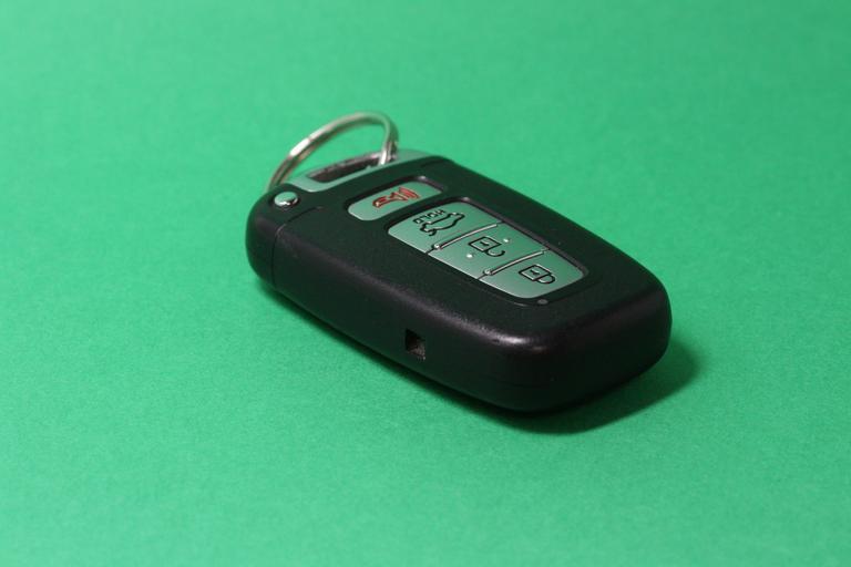 klíče od auta s ovladačem